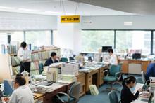 秋田県庁 産業労働部 資源エネルギー産業課。阿部泰久課長は、「県外、海外の企業や機関にも、参加して秋田に来ていただいています。そこに地元企業が参入していける仕組みづくりを支援するのが、県の仕事」と語る。