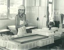 初期の小さな豆腐工房での製造風景
